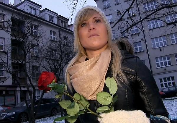 Парень подарил незнакомке розу и повел ее на квартиру