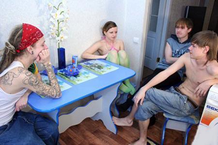 Трое дрыщей трахнули на столе молодую девочку